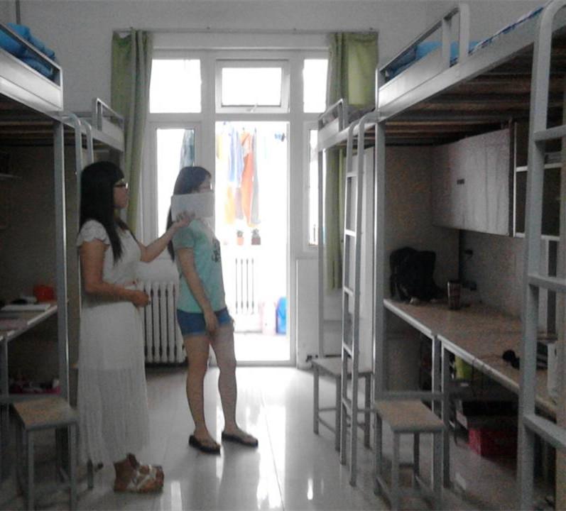 此次检查,重点是3#楼男生宿舍吸烟问题和21#楼女生宿舍使用违章电器的情况,在检查过程中,大部分宿舍内没有出现抽烟及使用违章电器的情况,且学院女生宿舍内务情况整体表现良好,干净整洁,个别宿舍甚至超过卫生检查的标准。检查人员严格按照学院规章制度和评分标准,对宿舍存在的个别问题一一记录。